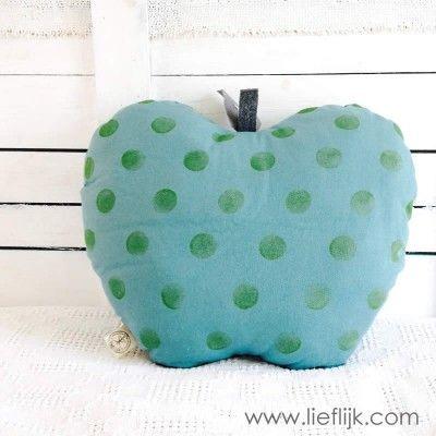 Wát een leuk  kussen, in de vorm van een appel! Staat supergezellig op je bank, in de woonkamer of kinderkamer.  Het kussen is gemaakt van een een katoenen groenblauwe stof en heeft grijze polkadots. Het blaadje en steeltje bovenop zijn van vilt en de nerven zijn er met katoendraad in geborduurd. Verkrijgbaar op www.lieflijk.com