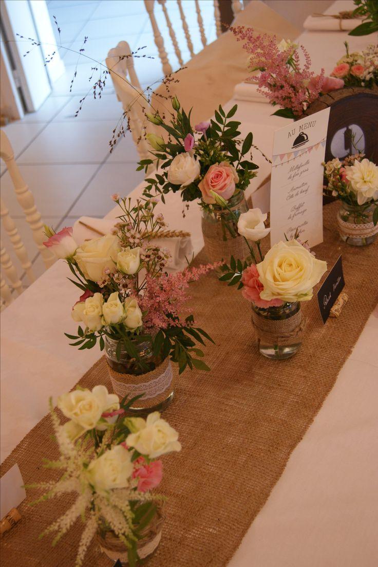 Bocaux décorés et fleuris pour mariage champêtre chic.