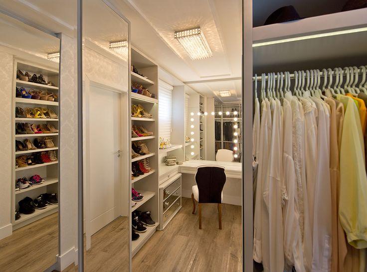 Casa, decoração de casa, casa, com ambientes integrados com tons neutros, como cinza bege, branco e preto. Closet com revestimento, cadeira acolchoada e espaço para maquiagem.