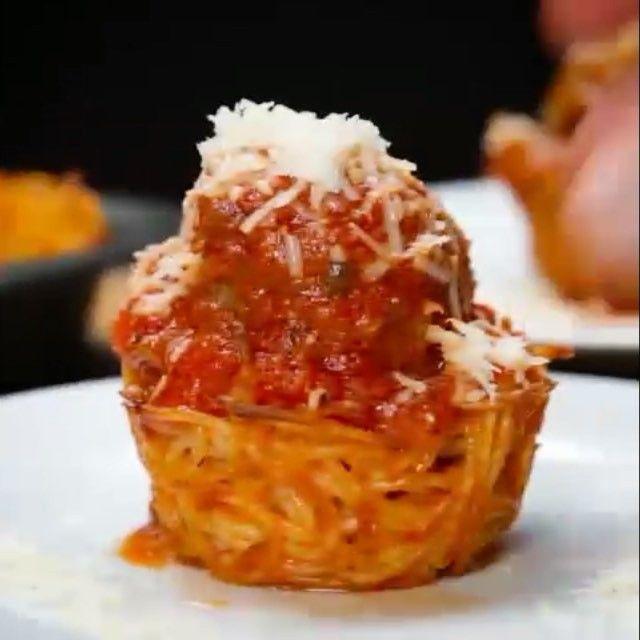 """(For English go to below) Makarnada devrim. Bu ilginç tarifi denemek isteyebilirsiniz. Hemde yapımı çok kolay! Videodaki adımları izlemeniz yeterli. Karşınızda: """"Köfteli Makarna""""  Malzemeler: - Bir yumurta - Spagetti - Bir su bardağı rendelenmiş parmesan peynir - 4 yemek kaşığı Marinara sos  Tarif: 1.) Büyük bir kasede yumurtayı çırpın. 2.) Hafif ılımış pişmiş spagettiyi, parmesan peyniri ve marinara sosu ekleyin ekleyin. 3.) Tüm malzemeyi birbirine yedirerek iyice karıştırın. 4.) Karışımı…"""