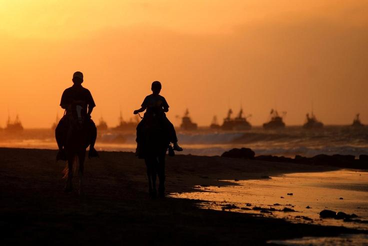 Cabalgando a lomos de un caballo de paso por la costa peruana