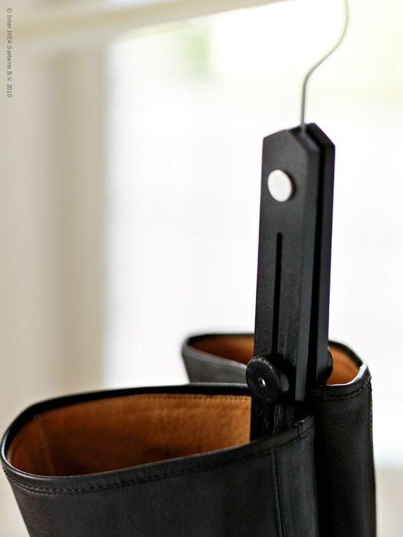 Stövelhängaren LYCKA 19 kr, sparar både golvyta i garderoben OCH blir ett dekorativt blickfång i vilket rum som helst. Härligt knarrigt läder skänker en känsla av lyx och tål att tittas på! Skaften mår bra av att hänga istället för att sloka i hallen. Häng dem på en klädstångeller på några fina krokar på en vägg. Ta hand om dina favoritstövlar så kan de gå hur långt som helst... Foto: Nina Broberg