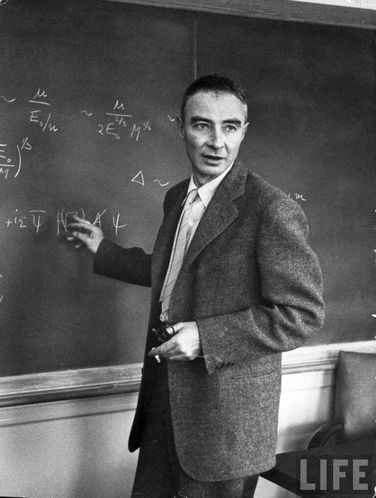 10 célebres cientistas com posicionamentos políticos surpreendentes! - Julius Robert Oppenheimer em foto da revista Life – Foi estigmatizado como pai da bomba atômica, porém seu maior feito foi ser um dos fundadores da Física teórica moderna nos EUA.