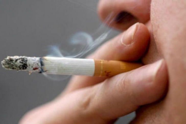 Un hombre con cáncer de garganta, mata al compañero que le animó a fumar