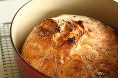 ψωμί χωρίς ζύμωμα. Αυτό που χρειάζεστε για αυτήν την συνταγή είναι μία γάστρα ή κάποιο άλλο σκεύος με καπάκι και να αφήσετε το ζυμάρι 18-20 ώρες να περιμένει.