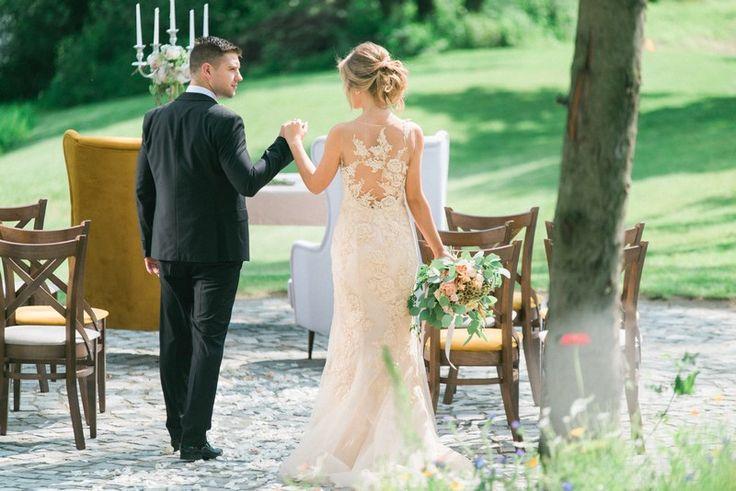 suknia ślubna w kolorze nude, bukiet ślubny, garnitur dla pana młodego