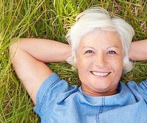 Никогда не поздно мечтать, творить и быть счастливым — вот главный посыл книги «Лучшее время начать» Джулии Кэмерон и Эммы Лайвли.