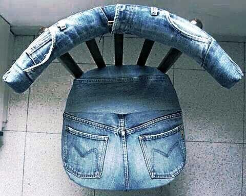 Sedia creata da un jeans recuperato