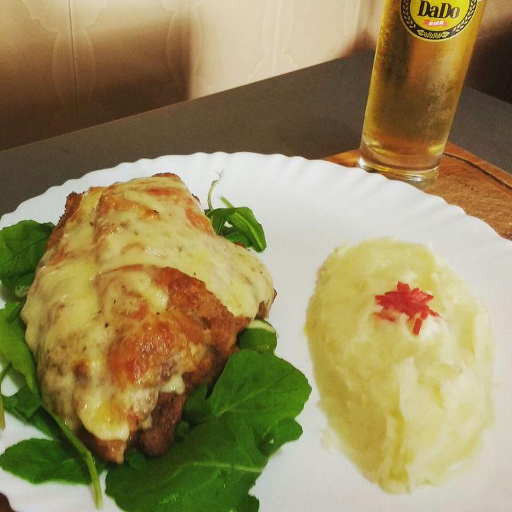 #almocodedomingo Filé de frango à cordon bleu coberto de molho de tomate e queijo mussarela, acompanhado de purê de batata