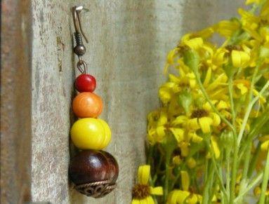 Krásné ketlované náušnice s dřevěnými korálky v barvách slunečnice. Vhodné k běžnému dennímu nošení  Délka včetně háčku: 5,8 cm  Korálky od českého výrobce