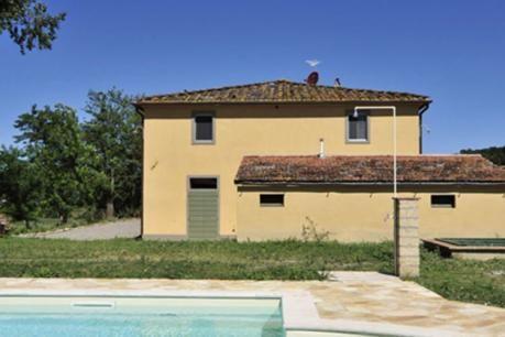 Gorgoville  Deze mooie villa met privé zwembad ligt op een eeuwenoud landgoed waar nog steeds onder andere druiven en graan verbouwd worden en alleen op biologische wijze. Dit schitterende heuvelachtige stuk grond is een prachtig stukje Toscane begroeid met graan wijngaarden bossen en af en toe een cipres waar u in het ochtendgloren herten voorbij kunt zien komen. Bij binnenkomst in de villa komt een heerlijke sfeer u tegemoet. Opvallend is het mooie gewelfde plafond in de woonkamer. Daarbij…