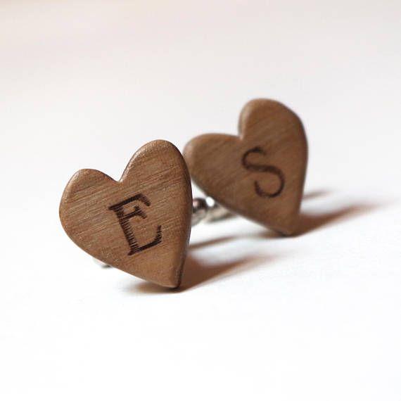 Gemelli a forma di cuore con iniziali in legno per lo sposo il