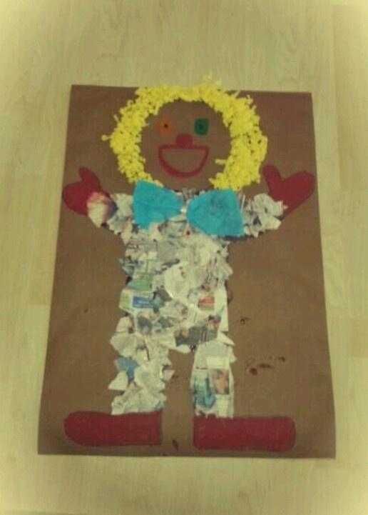 Clown met krantensnippers maken op een kartoon