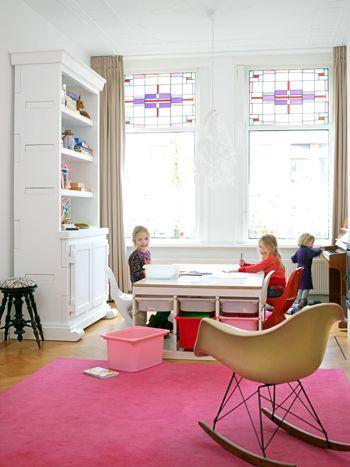 De voorkamer van dit huis is ingericht als speelkamer voor de kinderen.