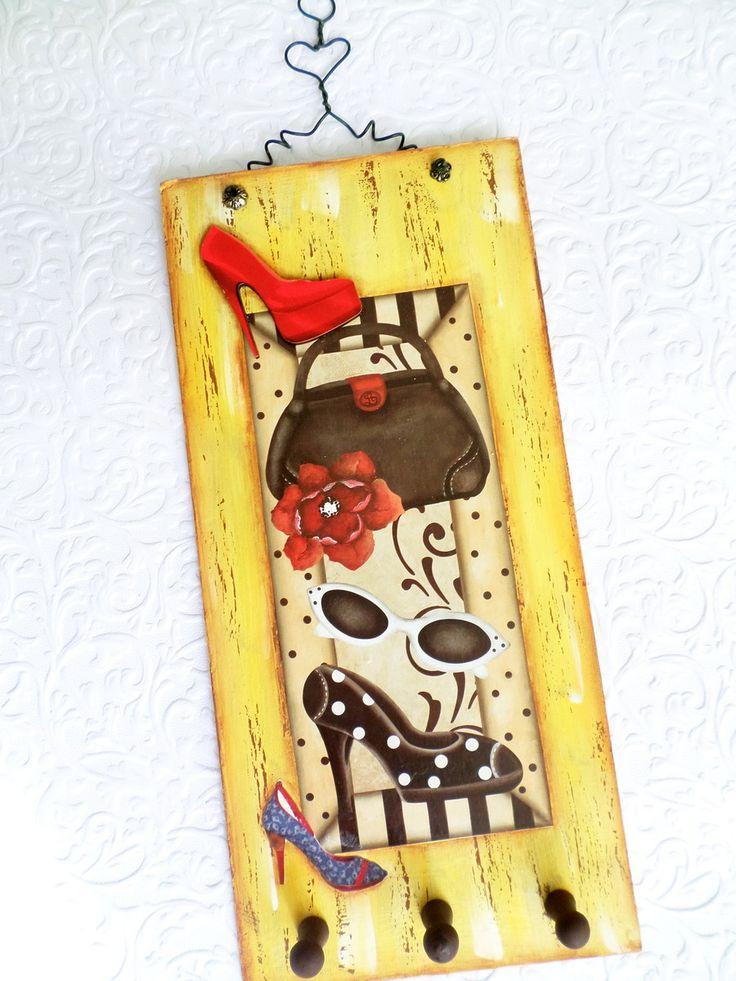 """Quadrinho 30cmx16cm ilustrando peças femininas, predominando a cor amarelo, utilizando técnica de pátina, decoupagem e aplicação miniatura de madeira. <br>Veja também os outros produtos da coleção """"Meus Colares"""". Todos os nossos produtos possuem um ótimo acabamento."""