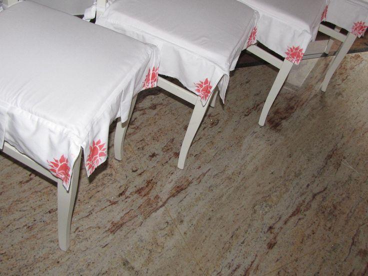 ciao a tutti!Questi cuscini per sedie li ho realizzati con tela di cotone bianca e ho realizzato i fiori con l ausilio di uno stencil e colore acrilico per tessuti rosso metallizzato
