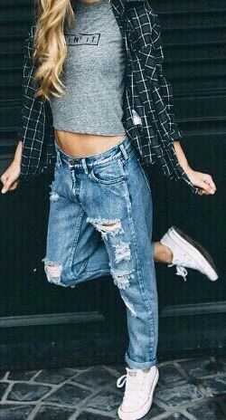 fall outfit ideas / plaid shirt + baggy jeans