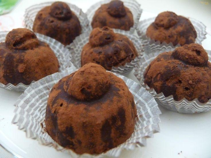 Tartufini al rhum Ingredienti per 19 Tartufini: 150 g cioccolato fondente 75 g burro morbido 50 g zucchro 50 g biscotti lingue di gatto 4 cucchiai di Rhum