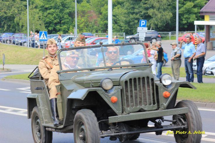 Śląskie manewry Bytom 2014, to przedstawienia militarnych rekonstrukcji historycznych. W tym roku pokazy użycia broni w okresie amerykańskiej wojny secesyjnej poprzez walki podczas II wojny światowej aż do konfliktu w Zatoce Perskiej. http://www.wiadomosci24.pl/artykul/x_slaskie_manewry_bytom_2014_sobotnia_relacja_z_obozowiska_306005.html http://www.wiadomosci24.pl/artykul/x_slaskie_manewry_bytom_2014_pokazy_skoczkow_spadochronowych_306207.html