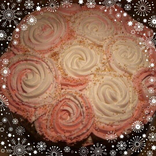 Rózsákkal díszített répatorta