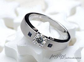 ラウンドダイヤのエンゲージリング(婚約指輪)は、オーダーメイドで両脇にサフアイヤを入れて完成です。