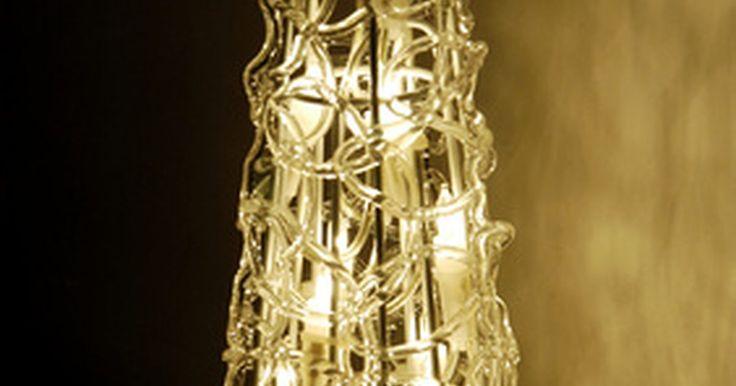 Guias e dicas de como se trabalhar com pisca-pisca. Os pisca-piscas servem para diversas aplicações de decoração. Protegidas por tubos de PVC transparentes, suas luzes são vistas em qualquer lugar. Durante as festas de fim de ano elas são enroladas ao redor de árvores de Natal, placas, balões e colunas. Esses enfeites são fáceis de colocar sobre prateleiras ou em armários de cozinha. Além disso, ...