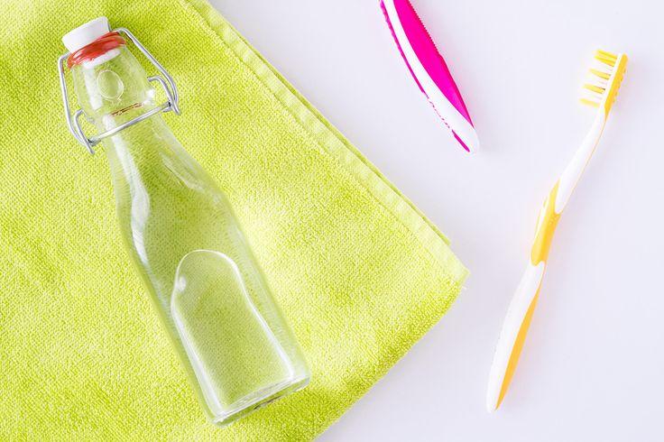 Zelf mondwater maken is makkelijk, goedkoop, alcoholvrij en effectief! Het enige dat je nodig hebt is baking soda, water en etherische olie!