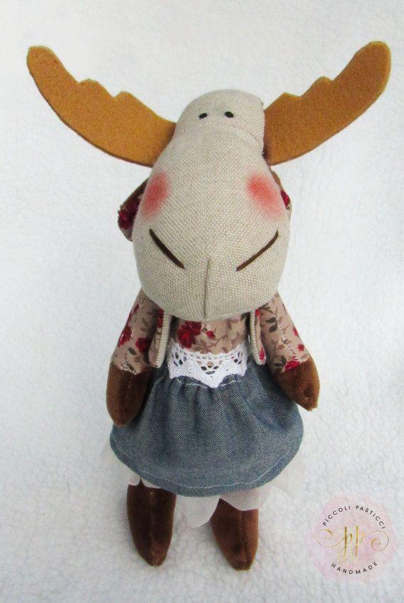 renna handmade con giacca a fiori rossi e di PiccoliPasticci88
