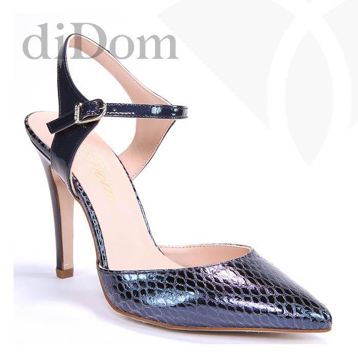 Zapato de salón metalizado en azul con piel grabada.