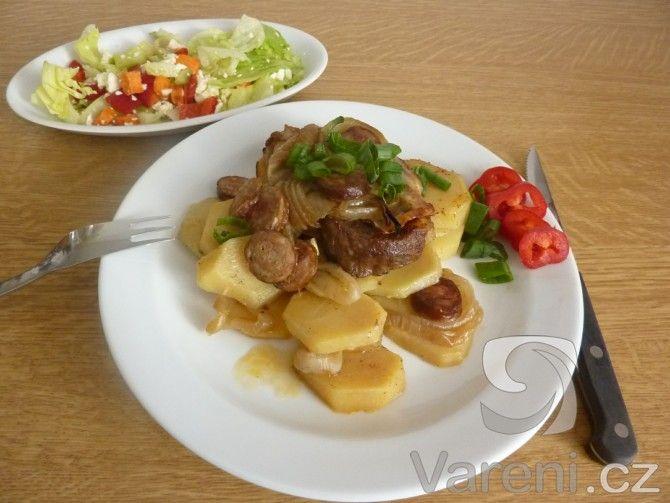 Živáňská pečeně je pokrm slovenské kuchyně, který má spoustu variant. Ne každý si může přípravu originálního receptu, kdy se 3 druhy masa pomalu rožní, dovolit, a tak si zkuste udělat živáňskou pečeni v troubě.