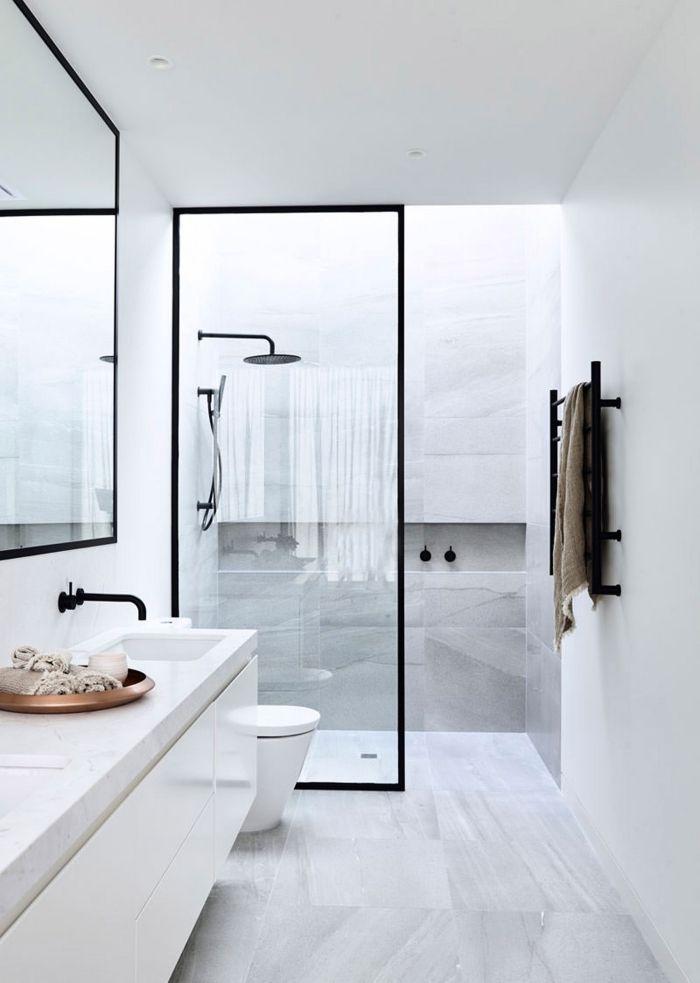 Salle De Bain Blanche Avec Carrelage A Design Marbre Blanc Et