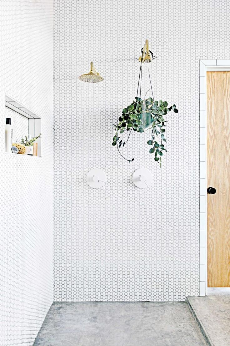SHANN-aug17-How to style white interiors around the home. Photography by Molly Winters. From the August 2017 issue of Inside Out Magazine. Available from newsagents, Zinio, https://au.zinio.com/magazine/Inside-Out-/pr-500646627/cat-cat1680012#/  and Nook.