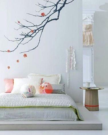 Chambre gris et blanc. Peinture murale gris perle, plafond et armoire ancienne peints en blanc pur. Le matelas est posé sur une estrade réalisé en bois et peinte en gris plus soutenu. Touches de vert tendre et rose pour Coussins et couvre-lit