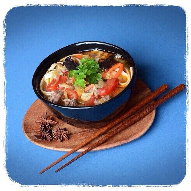 Лагман stalic.jivejournal.com пост от 7 ноября 2013 года, там отличный пошаговый рецепт. Я примерно так и готовлю, только использую готовую лапшу удон или рамэн, вместо ферментированной соевой пасты - соевый соус или Tabasco соевый соус, вместо перцев чили - соус Sriracha,