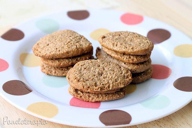 Biscoito Integral de Aveia e Mel 1/2 xícara de farinha de trigo integral 2/3 xícara de farinha de trigo comum 3 colheres (sopa) de aveia em flocos finos 4 colheres (sopa) açúcar mascavo (usei o demerara) 1 pitadinha de sal ½  colher (sopa) de canela em pó ½  colher (sopa) de  bicarbonato de sódio 25g de manteiga sem sal gelada em pedacinhos 2 colheres (sopa) de mel 50ml de leite (usei desnatado) 10 gotas de essência de baunilha