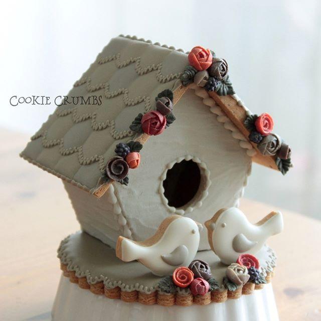 レッスンサンプル用に、春に作ったバードハウスを秋仕様にリノベーション。ジンジャーブレッドのパーツは全部リサイクルです。I rebuilt the springbird house into an autmn bird house. I reused theold gingerbread parts. #cookiecrumbs #mintlemonade #icingcookies #icedcookies #icedbiscuits #decoratedcookies #cookies #gingerbreadhouse #birdhouse #アイシングクッキー