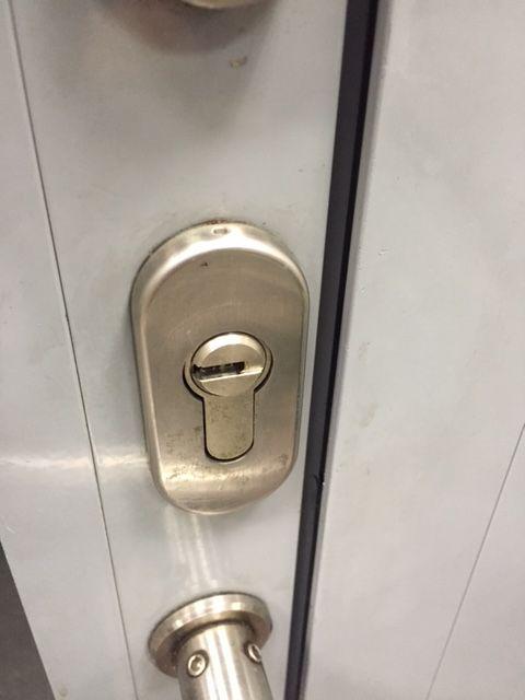 Ein Schlüsselloch ohne passenden Schlüssel aber dafür sind wir ja da :)  http://www.schlüsseldienst-düsseldorf.net/