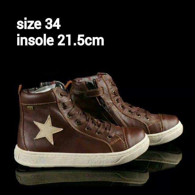 READY STOCK KIDS LEATHER BOOTS KODE : ROCKY STAR Size 34 PRICE : Rp.225.000,- AVAILABLE SIZE : - Size 34 (insole 21,5cm)  Material : Full Leather (Genuine Leather/Kulit Asli),Sol karet lentur. Ringan dan nyaman sesuai utk anak-anak.  Insole = panjang sol dalam. Ukurlah panjang telapak kaki anak, beri jarak minimal 1,5cm dari insole.  FOR ORDER : SMS/Whatsapp 087777111986 PIN BB 766A6420 FB : Mayorishop  #pusatsepatubootsanak #readystock #sisaekspor #originaleuropebrand #exportquality…
