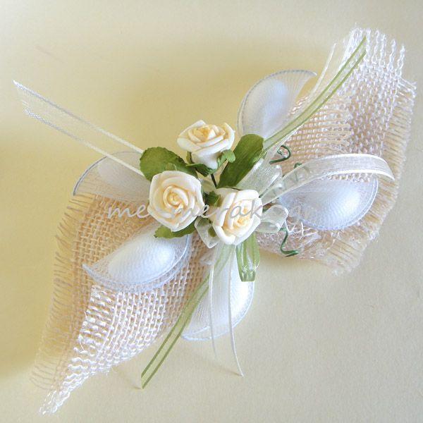 Χειροποίητη μπομπονιέρα γάμου, λινάτσα εκρού με διακοσμητικά λουλουδάκια. Με Μεράκι Μπομπονιέρες http://me-meraki.gr/