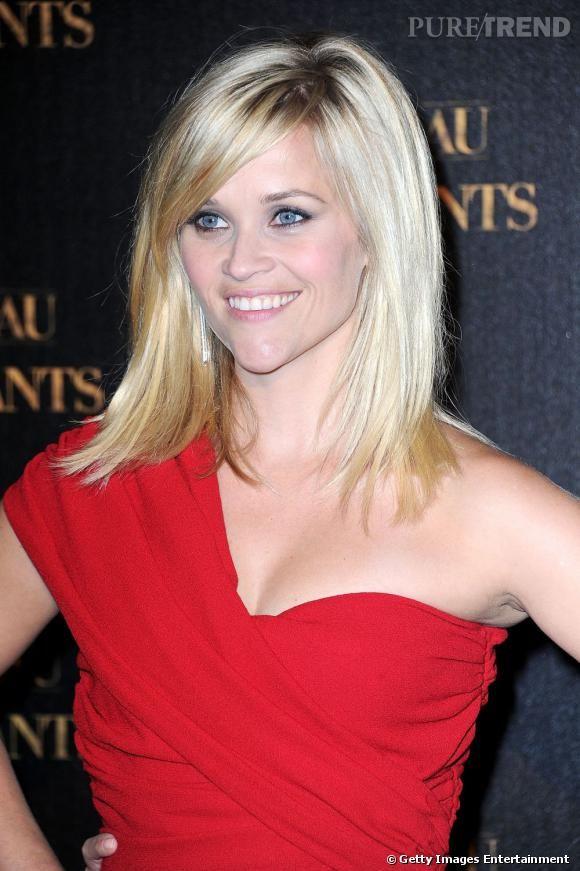 Exemple parfait de ce qu'est un visage triangulaire pointe vers le bas, Reese Witherspoon a depuis longtemps adopté les cheveux longs pour se mettre en valeur. Rusée, elle camoufle son grand front derrière une frange mèche.