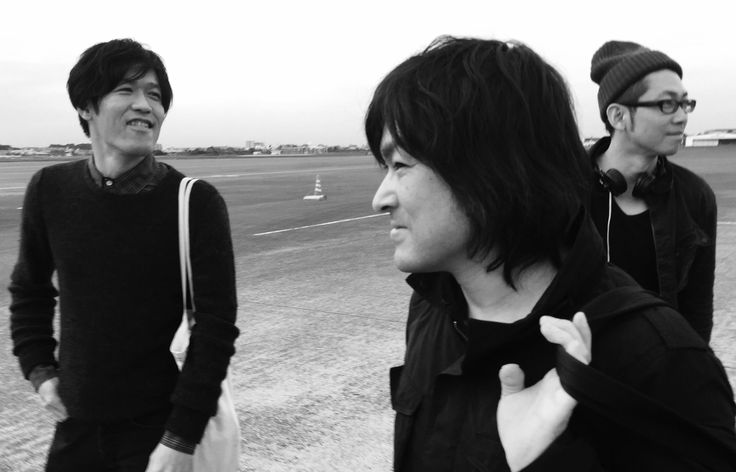 《CoyoteBand On The Road...》 飛行機で宮崎空港に降り立ったコヨーテバンド。ツアー後半、九州シリーズの始まりだ。 (撮影 : 佐野元春)