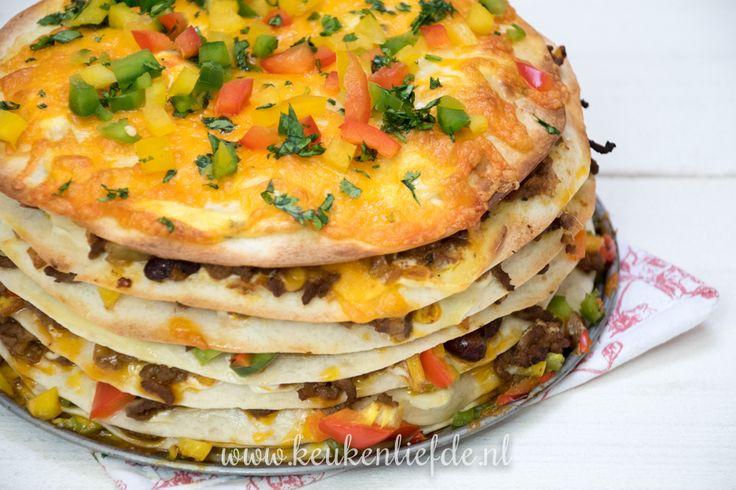 Deze Mexicaanse wraptaart is heel makkelijk om te maken en ziet er superfeestelijk uit. Perfect om op tafel te zetten tijdens een Mexicaans buffet!