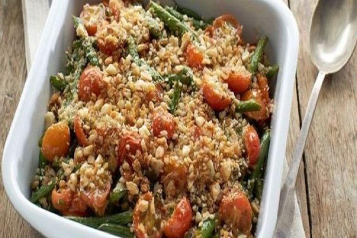 Ricetta dei fagiolini al forno con pomodorini e nocciole, perfetti da servire come contorno saporito da abbinare a un secondo piatto di carne.