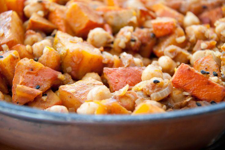 Veganes Curry aus dem Kochbuch vegan genial. Schnell gemacht und aufregend anders. Mit Kürbis, Kichererbsen und Garam Masala.
