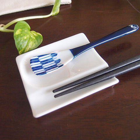 ★内容:ちょこっとスプーンお箸置きレスト★サイズ:8×7.2×1.4cm ★素材:磁器 日本製★電子レンジ・食器洗浄機・オーブン使用可★梱包:簡易梱包お箸が置けるお醤油皿。お箸のところに前菜を乗せてもOK。使い方は自由自在! アペタイザーのお皿として最適です。 薄さと軽さを活かしたすっきりとしたフォルムが特徴的。 安心安全の日本製です!