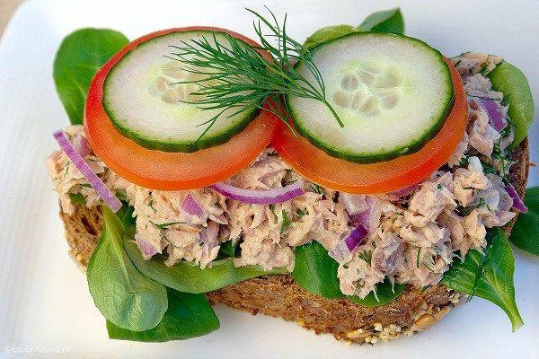 Een maandje geleden wilde ik eens iets anders en heb ik deze lunch salade met honing-mosterd-dille saus gemaakt voor Paul zijn verjaardag.