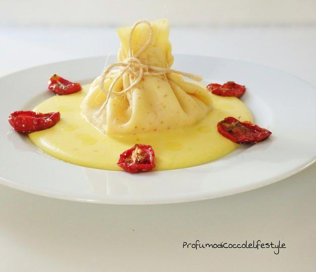 Fagottini di crepes ripieni di salmone,burrata e pomodori confit su letto di crema di patate allo zafferano.