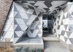 Tuiles 3R: Projet résidentiel, Montréal. Tuiles Pyramide, aluminium 0.032'', fini PVDF, couleurs Ascot White (10) et Silversmith Premium (28).