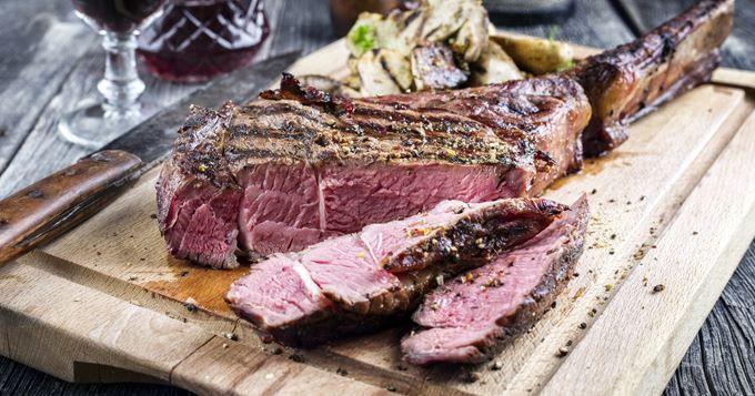 L'été rime très souvent avec grillades, barbecue et pièces de bœuf ! Pour en profiter le reste de l'année, vous pouvez cuire une côte de bœuf également au four, à la plancha ou encore à la poêle. Choisissez-la à la chair persillée de gras, elle sera plus tendre et savoureuse. Votre boucher vous conseillera de sortir la viande du réfrigérateur au moins une dizaine de minutes avant de la faire cuire pour la laisser reposer. Cette pièce de bœuf nécessite également un temps de repos d...