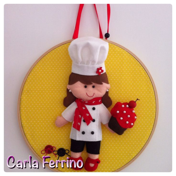 Quadrinho bastidor menina chef. #feltro #felt  Molde de: Érica Catarina  Execução: Atelier Carla Ferrino   Informações: caca@carlaferrino.com.br